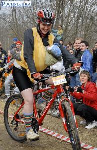В слинге на велосипеде. Фото: Рэспубліка